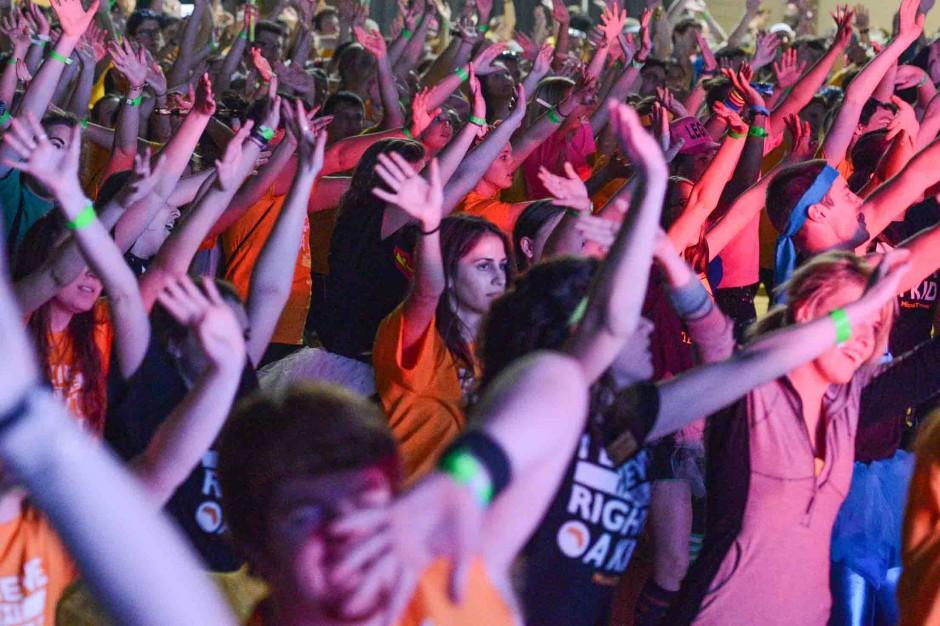 Crowd of dancers.