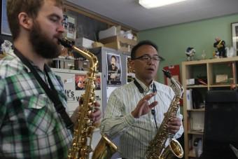 Associate professor of music Leo Saguiguit works with a student.