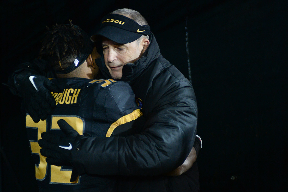 Pinkel hugging Hansbrough