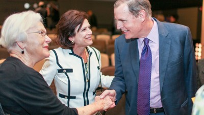 donors shaking hands with Marilyn rantz