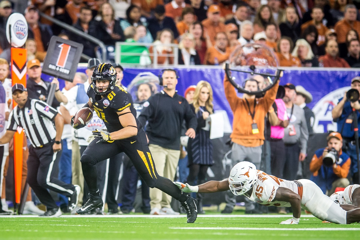 Missouri Tigers tight end Albert Okwuegbunam (81) rumbles down the field after a catch.