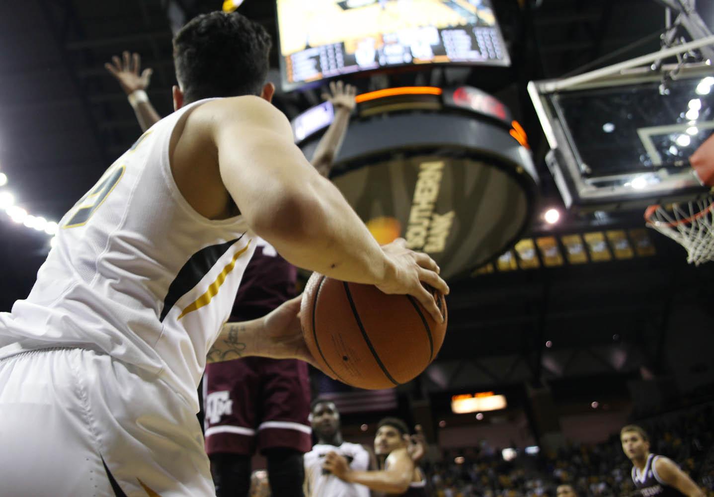 Mizzou guard Jordan Geist passes the ball during the game.
