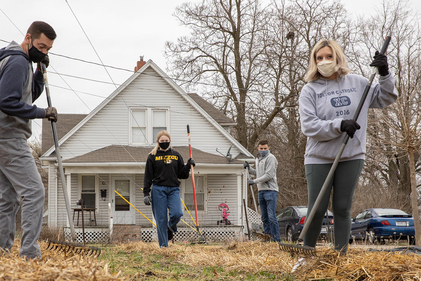This is a photo MU students volunteering with Mizzou Alternative Breaks.