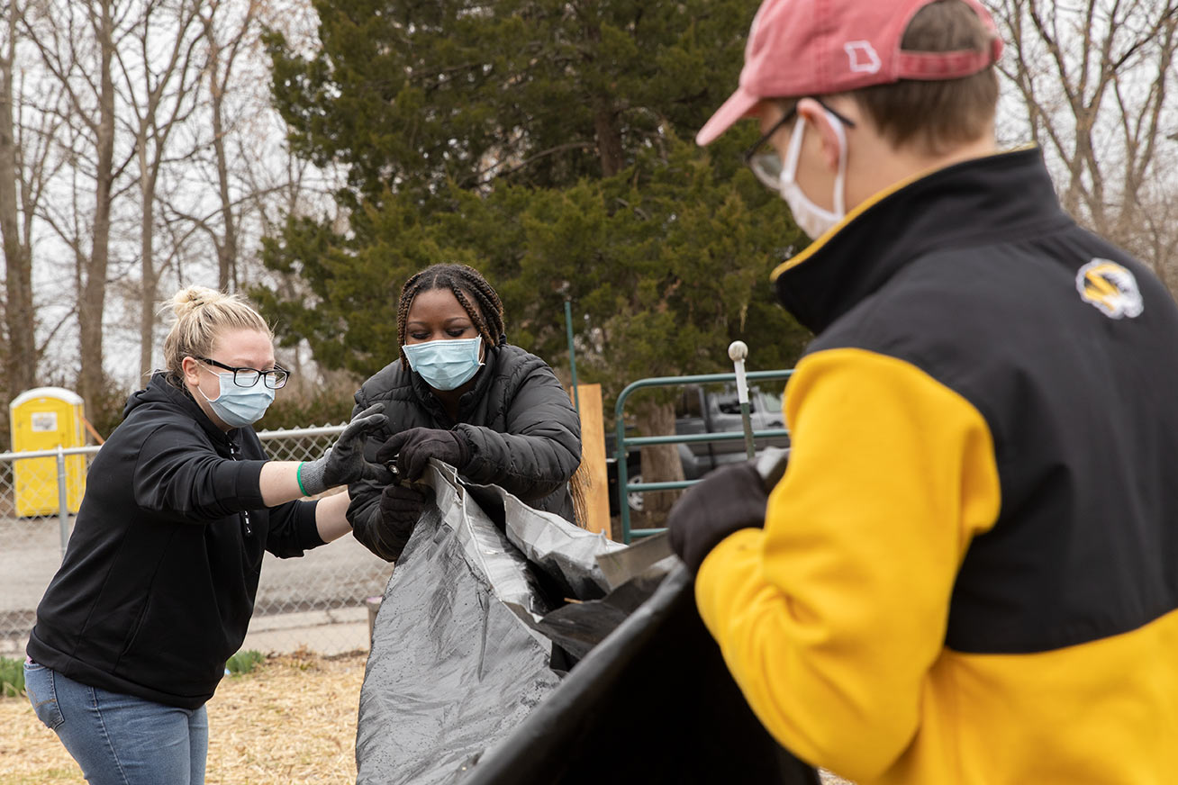 This is a photo of MU students volunteering with Mizzou Alternative Breaks.