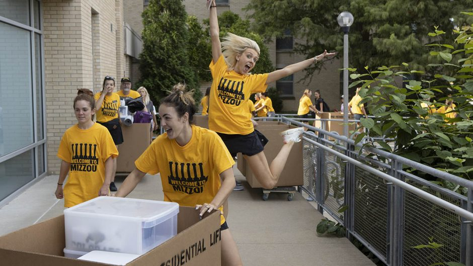 photo of students helping with move-in