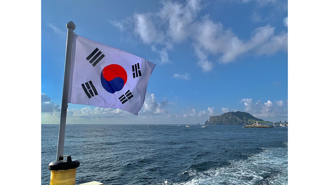 photo of japanese flag on the ocean